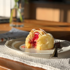 Brioche with creamcheese filling, raspberries and white chocolate!